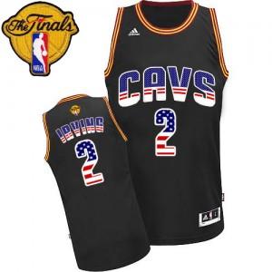 Cleveland Cavaliers Kyrie Irving #2 USA Flag Fashion 2015 The Finals Patch Authentic Maillot d'équipe de NBA - Noir pour Homme